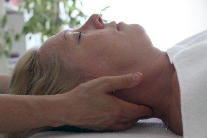 persoonlijke aandacht bij een massage aan het hoofd bij Praktijk Tesselaar