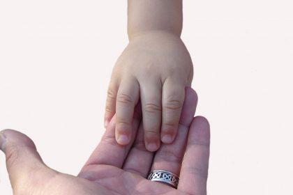 volwassen en kinderhand, kindermassage bij Praktijk Tesselaar
